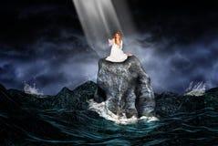 A luz solar perfura as nuvens para criar a iluminação temperamental em um cais da pesca no crepúsculo Fotografia de Stock Royalty Free