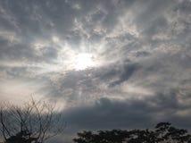 luz solar que aparece lentamente atrás das nuvens fotografia de stock royalty free