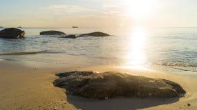 Luz solar que brilha ao mar e à reflexão da rocha grande Imagem de Stock