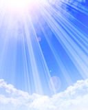 Luz solar que brilha através das nuvens Imagens de Stock Royalty Free