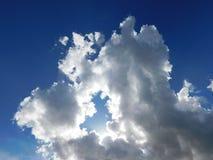 Luz solar que emerge de um furo nas nuvens foto de stock