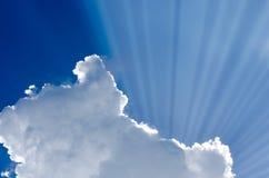 Luz solar que escapa da nuvem imagens de stock
