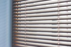 Luz solar que vem através das venezianas pela janela imagem de stock