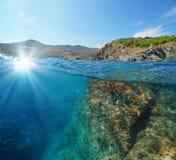 Luz solar rochosa e peixes da costa de França subaquáticos imagem de stock royalty free