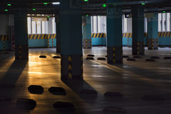 A luz solar vem através da garagem na manhã Imagem de Stock