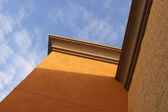Luz, sombra, edificio, y cielo Fotos de archivo libres de regalías