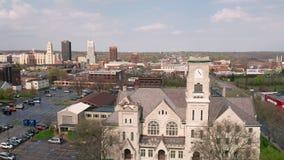Luz suave en una perspectiva a?rea de la rotaci?n sobre Akron Ohio los E.E.U.U. metrajes