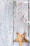 Luz - textura de madeira pintada azul com estrela do Natal Fotografia de Stock Royalty Free