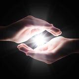 Luz transversal na escuridão em suas mãos Fotos de Stock