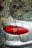 Luz trasera en el coche gris polvoriento y sucio Fotografía de archivo