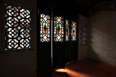 Luz a través de la puerta china del viejo estilo Foto de archivo libre de regalías