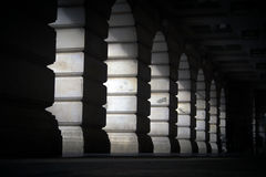 Luz a través de los arcos de piedra Imagen de archivo libre de regalías