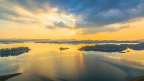 luz a través del cielo al lago Fotos de archivo libres de regalías
