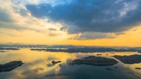 luz a través del cielo al lago Imágenes de archivo libres de regalías