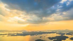 luz a través del cielo al lago Foto de archivo libre de regalías