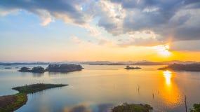 luz a través del cielo al lago Imagenes de archivo