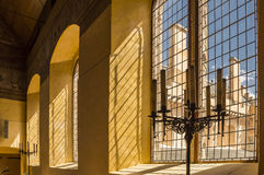 Luz a través de barras de ventana en castillo medieval Imagen de archivo libre de regalías