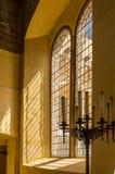 Luz a través de barras de ventana en castillo medieval Imágenes de archivo libres de regalías