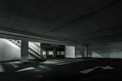 A luz vai escadas para baixo no parque de estacionamento subterrâneo fotografia de stock royalty free
