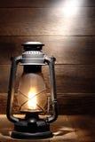 Luz velha da lanterna de querosene no celeiro rústico do país Imagens de Stock Royalty Free