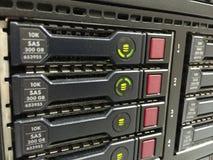 Luz verde del disco duro en el servidor del estante Foto de archivo libre de regalías