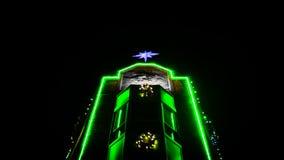 Luz verde en el edificio de ladrillo fotografía de archivo