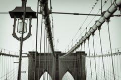 Luz y cables en el puente de Brooklyn imagen de archivo libre de regalías