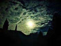 Luz y oscuridad, sueño y pesadilla, castillo y nubes imagen de archivo libre de regalías