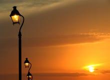 Luz y puesta del sol de calle Foto de archivo libre de regalías