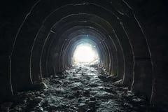 Luz y salida en el extremo del túnel o del pasillo largo oscuro, manera al concepto de la libertad Paso redondo industrial de la  Imágenes de archivo libres de regalías