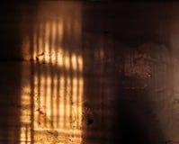 Luz y sombra del alto contraste en la pared sucia sucia vieja imagen de archivo libre de regalías