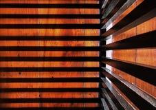 Luz y sombra del alto contraste en piso de madera marr?n fotos de archivo