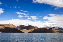 Luz y sombra en la TSO de Pangong en Ladakh Fotos de archivo
