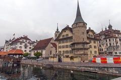 LUZERN SCHWEIZ - OKTOBER 28, 2015: Gammal stad och Reuss flod, Lucerne Fotografering för Bildbyråer