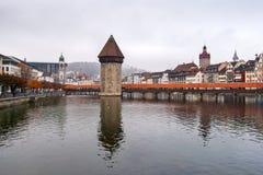 LUZERN SCHWEIZ - OKTOBER 28, 2015: Kapellbro och Reuss flod, Lucerne Royaltyfria Foton