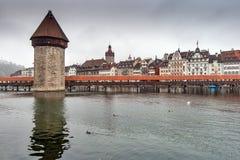 LUZERN SCHWEIZ - OKTOBER 28, 2015: Kapellbro och Reuss flod, Lucerne Arkivfoto