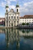 Luzerne, église de jésuite par la rivière Reuss Photos stock