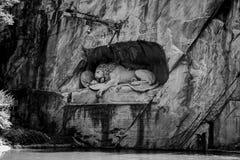 LUZERNE, DIE SCHWEIZ - 3. JUNI 2017: Das Schwarzweiss-Foto von Lowendenkmal, Lion Monument, der die sterbende Löwestatue ist Lizenzfreie Stockfotos