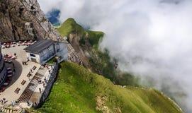 Luzerne, die Schweiz - 27. Juni 2012: Stations-Ansicht Pilatus Bahn hob mit den natürlichen Schweizer Alpen hervor, die von Berg  Lizenzfreies Stockfoto