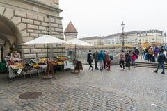 Luzerne, LU/Zwitserland - November 9, 2018: vele bezige voetgangers en voorbijgangers en mensen die een brug en een stad vierkant royalty-vrije stock foto's