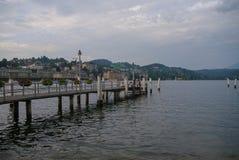 Luzerne, Suisse - 23 août 2010 : Les gens sur le pilier avec le lac Photos libres de droits