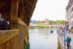 Luzerne, Switzerlandi - Mei 02, 2017: De mensen die in oude stad in Luzerne, Zwitserland op 02 Mei, 2017 gaan Royalty-vrije Stock Afbeeldingen
