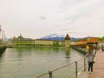 Luzerne, Switzerlandi - Mei 02, 2017: De mensen die in oude stad in Luzerne, Zwitserland op 02 Mei, 2017 gaan Royalty-vrije Stock Afbeelding