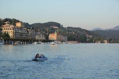 Luzerne, Zwitserland - September 2,2017: Mooi landschap met kano, huizen en de rivier stock foto