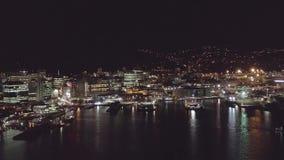 Luzes aéreas 4k da bandeja, da cidade e do porto da noite vídeos de arquivo