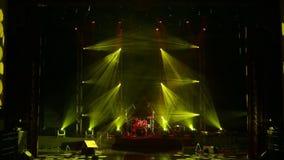 Luzes amarelas e vermelhas da fase no teatro vazio Fundo da ilumina??o da fase video estoque
