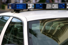 Luzes azuis sobre um carro de polícia Imagens de Stock