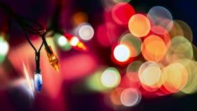 Luzes borradas coloridas decorativas no fundo escuro Luzes suaves abstratas do Natal Círculos brilhantes coloridos de uma eferves imagens de stock royalty free