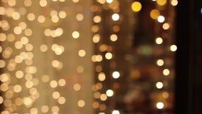 Luzes borradas das festões no abeto video estoque
