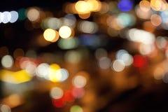 Luzes brilhantes coloridas no fundo escuro da noite Imagens de Stock
